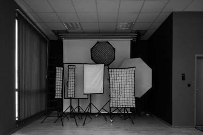 фото студио под наем бял фон